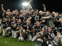 Raiders celebrate the EFAF Cup victory (c) Tyrolean Raiders